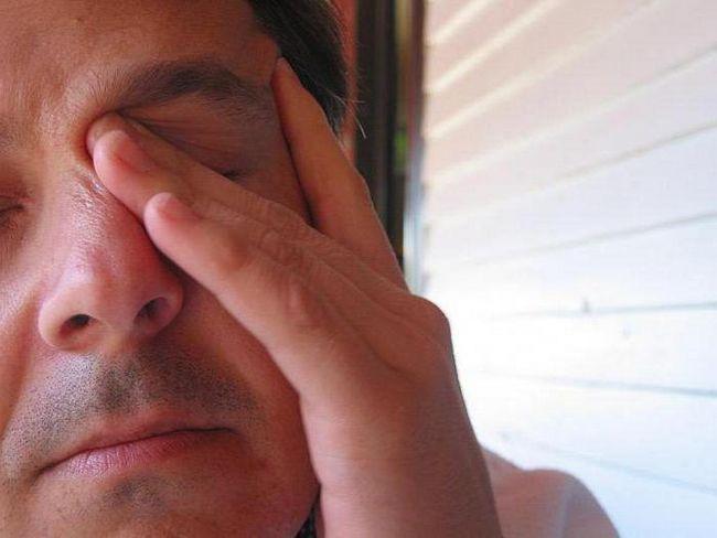 Co způsobuje poškození levé oko v pondělí? Lidová znamení