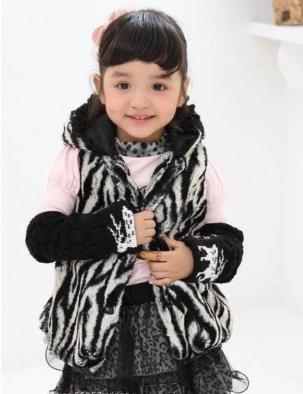 Kožešinová vesta pro dívku je stylový kus malého módního šatníku