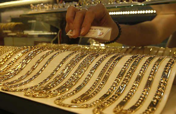 Kolik gramu zlata vzorků 585 v zastavárně, v bance a v obchodě?