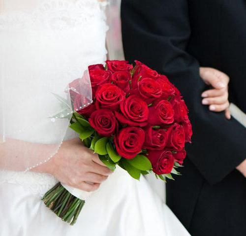 Svatební kytice nevěsty z červených růží: foto