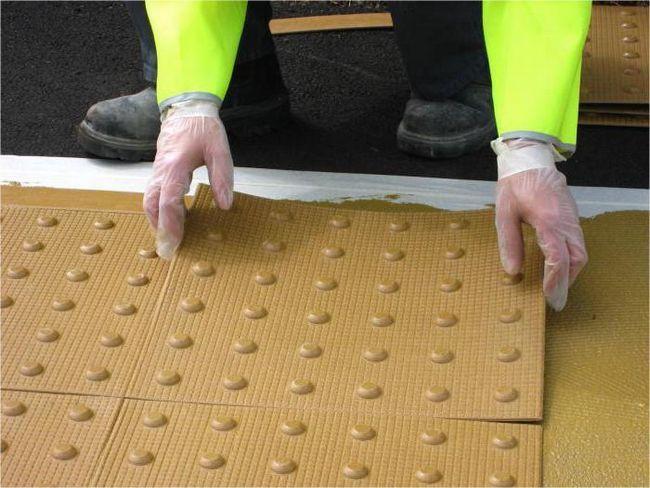 Тактильные плитки: описание, свойства, укладка. Наземным тактильный указатель направления движения для людей с ограниченными возможностями